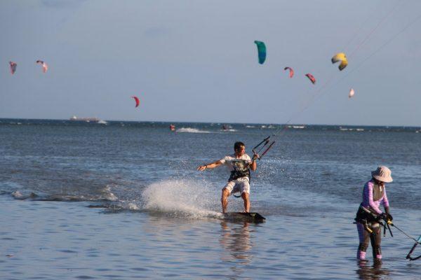 Nếu Chỉ Chọn 1 Trong 2 Môn Lướt Ván Diều Và Lướt Sóng Bạn Chọn Môn Nào?
